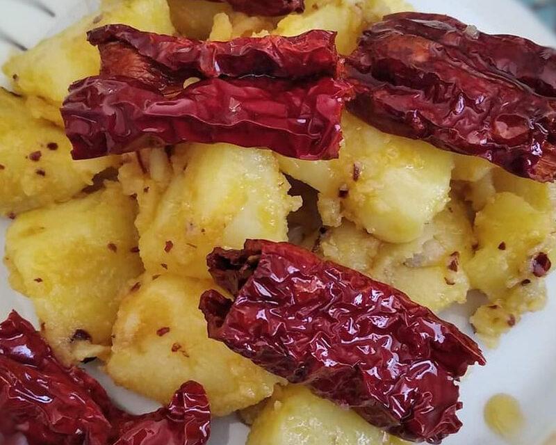 https://www.cuorebasilicata.it/wp-content/uploads/2020/12/patate-peperoni-cruschi-800x904-1-800x640.jpg
